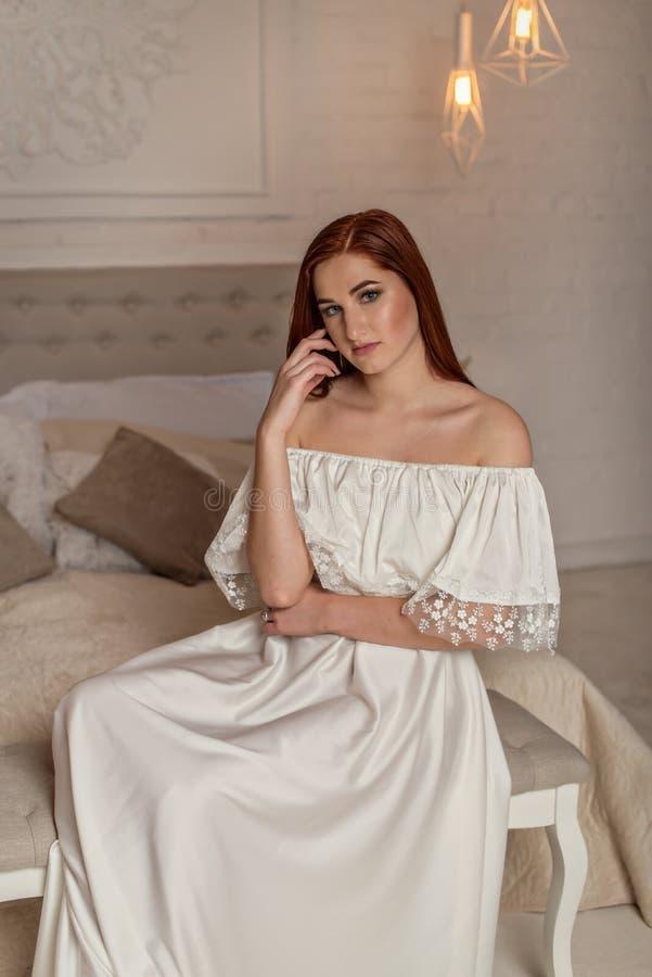 Портрет красивого состава маленькой девочки и вечера, носит выравнивать белое платье Девушка модели стиля моды в элегантном длинн стоковая фотография