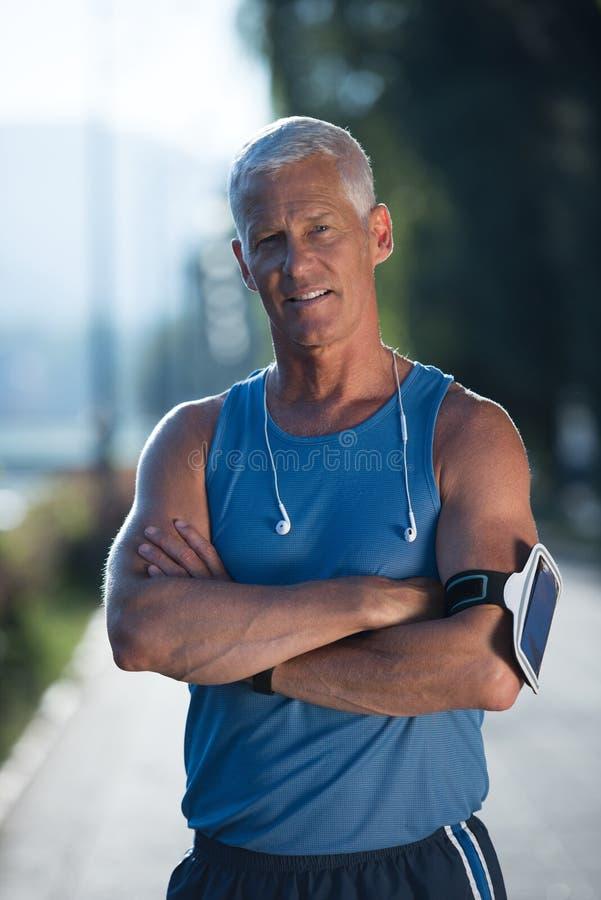 Портрет красивого старшего jogging человека стоковые фотографии rf
