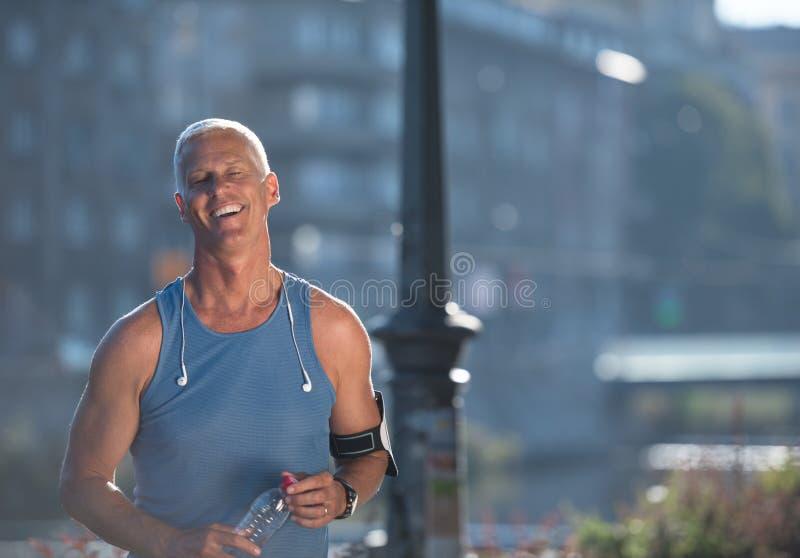 Портрет красивого старшего jogging человека стоковые изображения rf