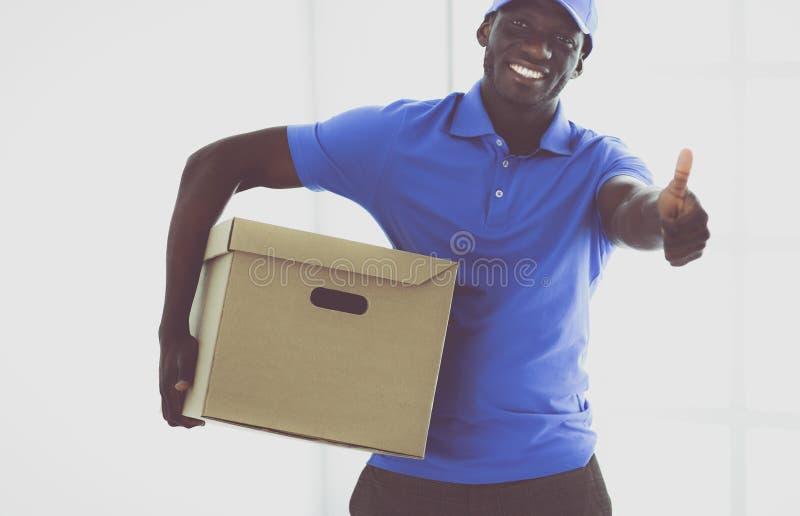 Портрет красивого счастливого избавителя с коробкой стоковая фотография