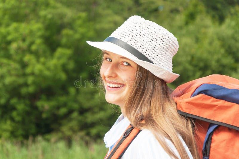 Портрет красивого туриста девушки стоковые фотографии rf
