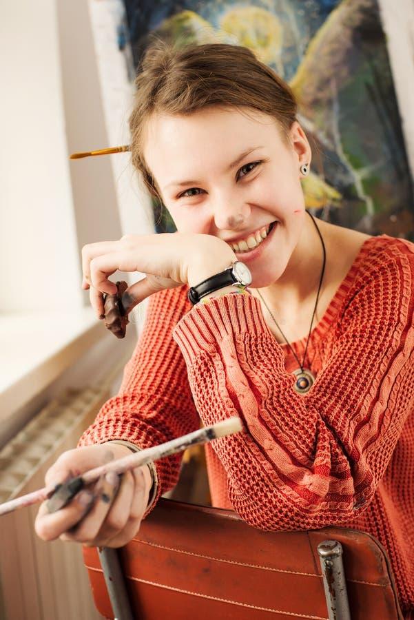 Портрет красивого художника женщины с положительной эмоцией стоковое фото rf