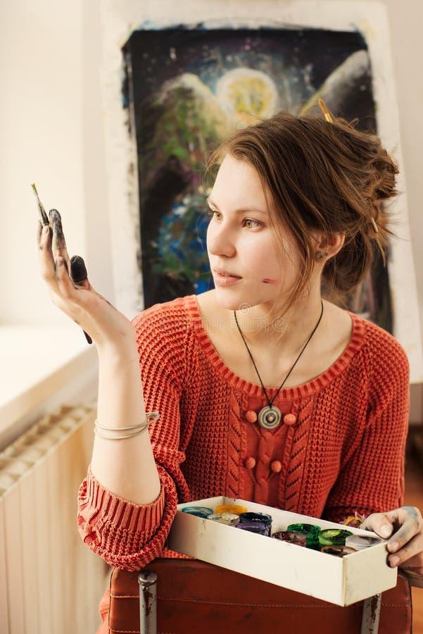Портрет красивого художника женщины с положительной эмоцией стоковое изображение