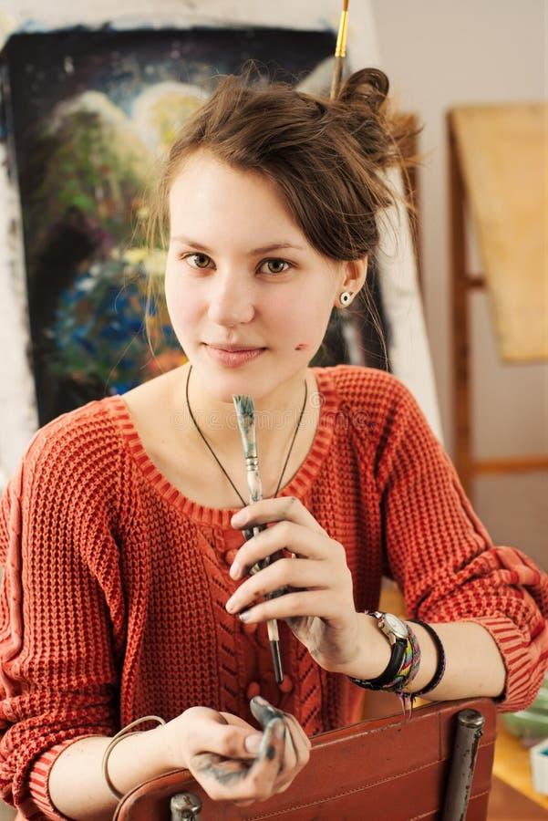 Портрет красивого художника женщины с положительной эмоцией стоковые фотографии rf