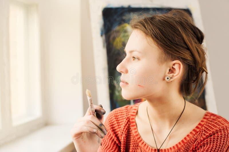 Портрет красивого художника женщины с driming стороной стоковое фото rf