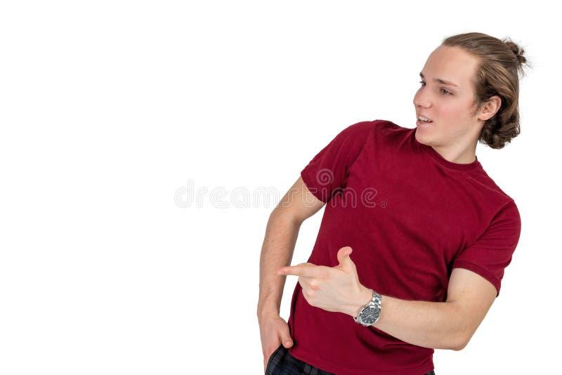 Портрет красивого человека в футболке усмехаясь и показывая большие пальцы руки вверх на изолированной камере стоковые фото