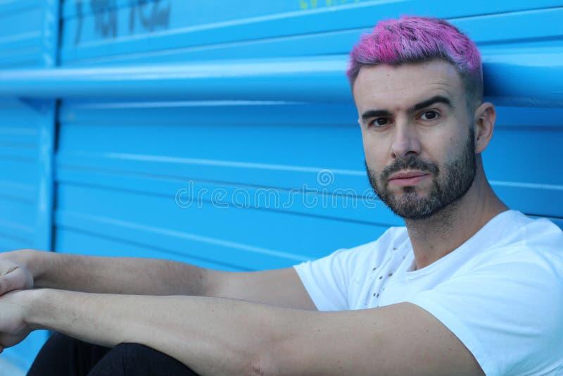 Портрет красивого человека с стильной стрижкой стоковые фотографии rf