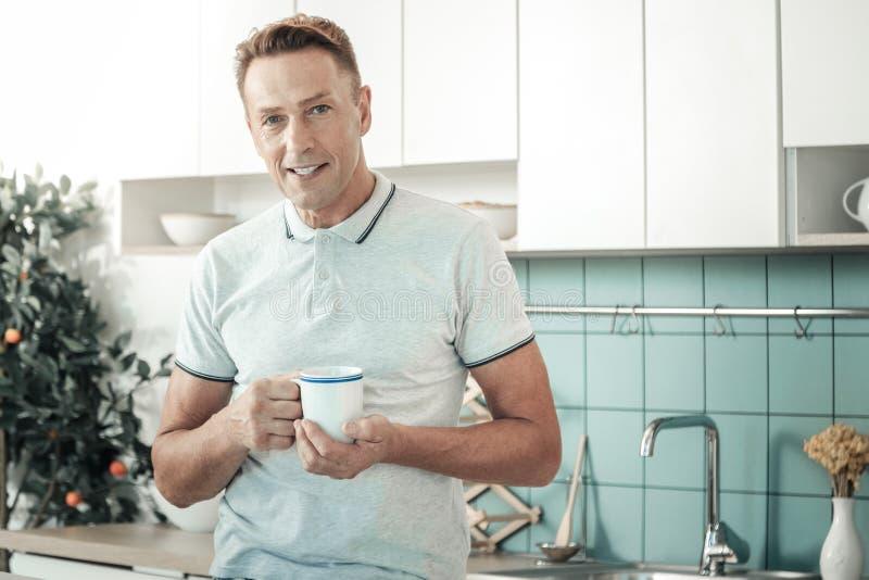 Портрет красивого человека тот выпивая чай стоковое фото
