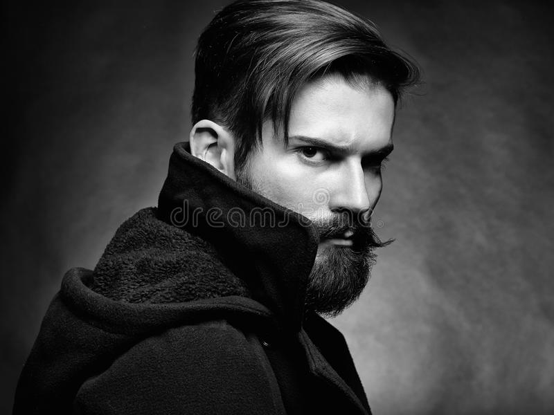 Портрет красивого человека с бородой стоковое изображение rf