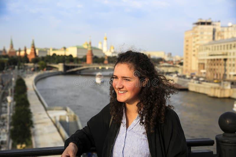 Портрет красивого girlson предпосылка города Москвы стоковые изображения rf
