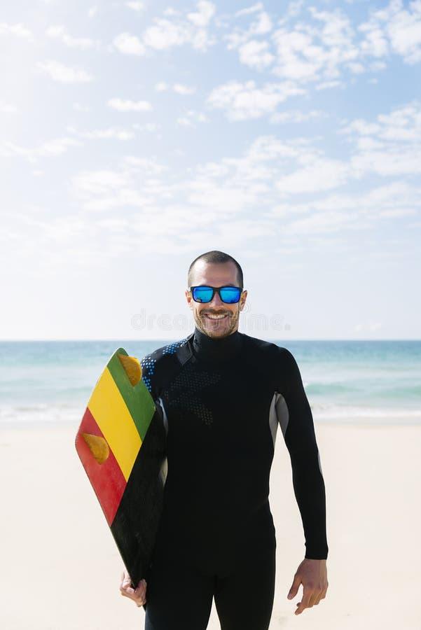 Портрет красивого kitesurfer человека стоковая фотография rf