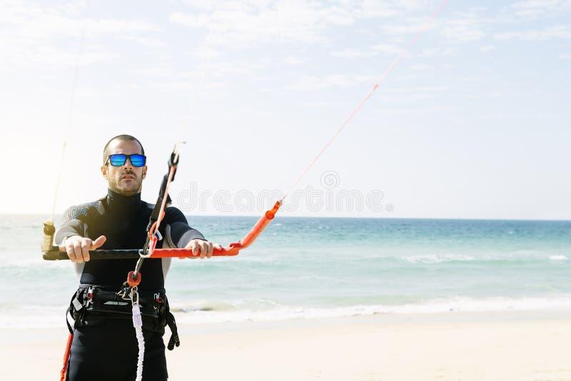 Портрет красивого kitesurfer человека стоковое фото