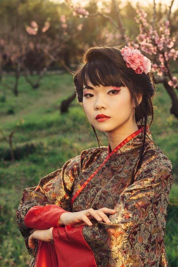 Портрет красивой азиатской женщины в кимоно стоковое фото rf