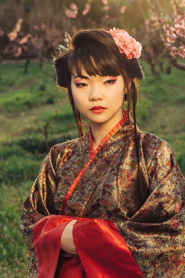 Портрет красивой азиатской женщины в кимоно стоковые изображения
