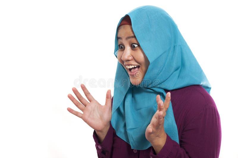 Портрет красивой азиатской мусульманской женщины нося счастливое hijab удивленное с ртом раскрыл, смотрящ к стороне стоковое изображение