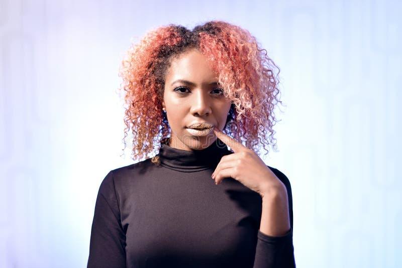 Портрет красивой африканской девушки с красными волосами и золотыми губами стоковое фото rf