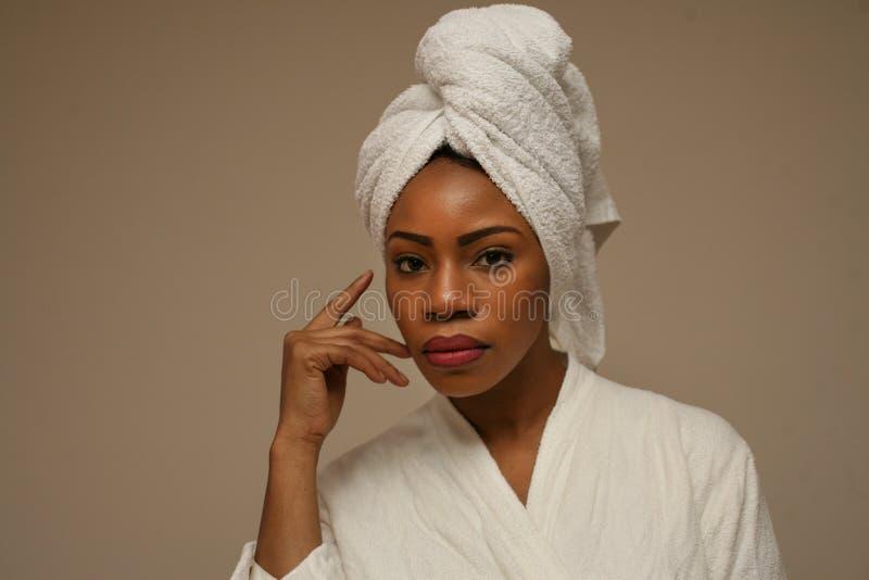 Портрет красивой африканской женщины после купать стоковое изображение