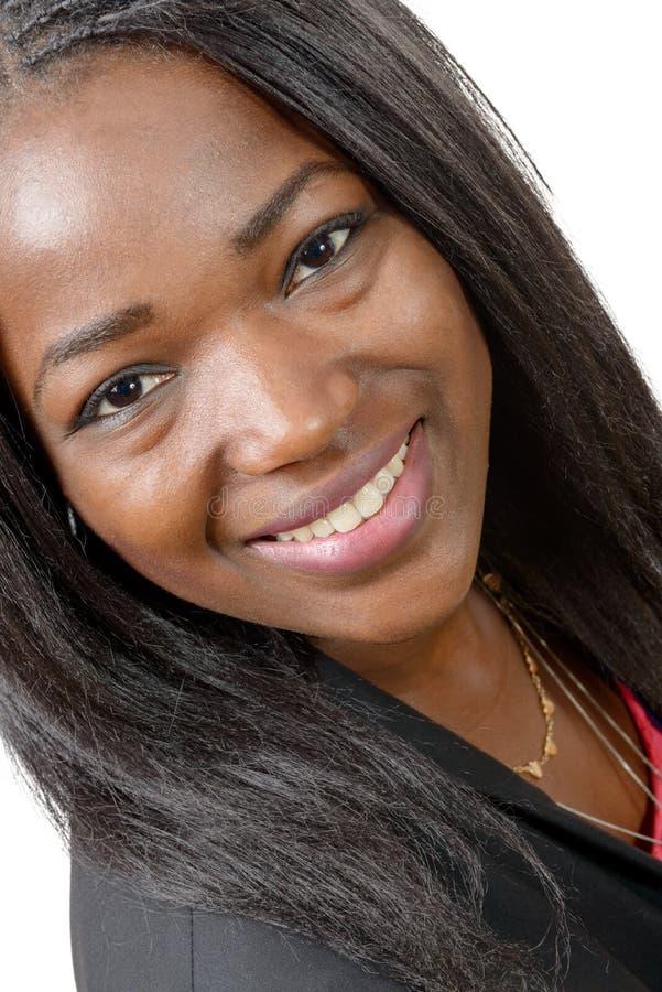 Портрет красивой Афро-американской молодой женщины усмехаясь, дальше стоковое изображение rf