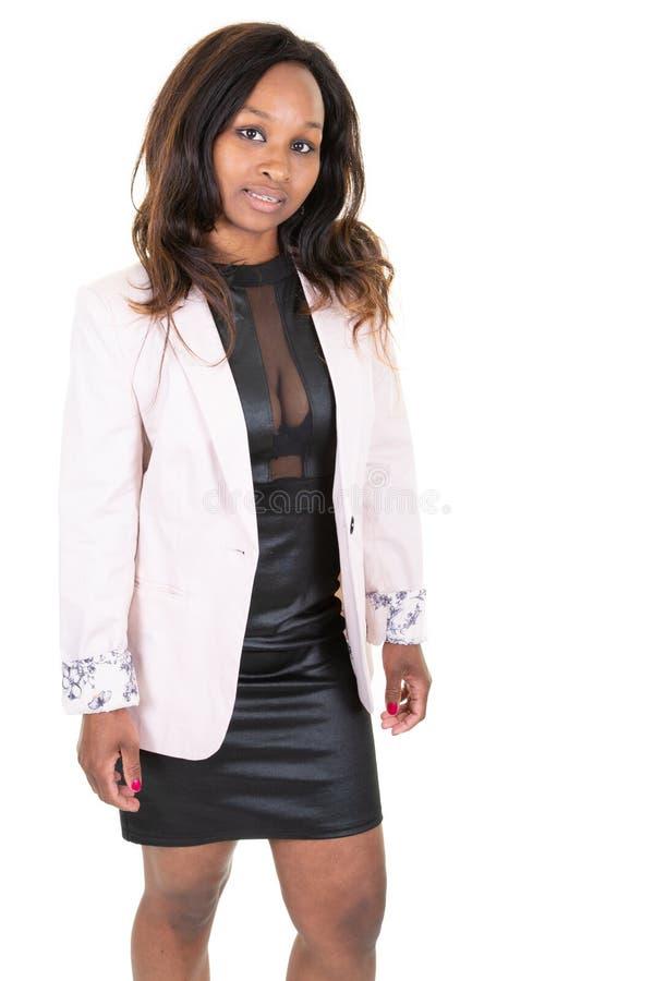 Портрет красивой Афро-американской усмехаясь коммерсантки в розовых одеждах бизнес-леди куртки изолированных на белой предпосылке стоковые изображения