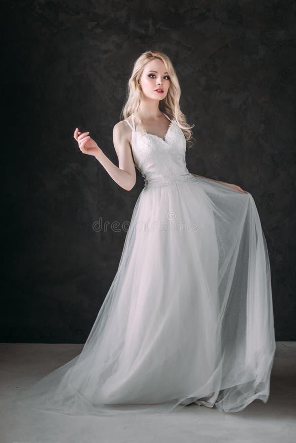 Портрет красивой белокурой девушки в изображении невесты Сторона красотки Фото сняло в студии на серой предпосылке стоковые фотографии rf