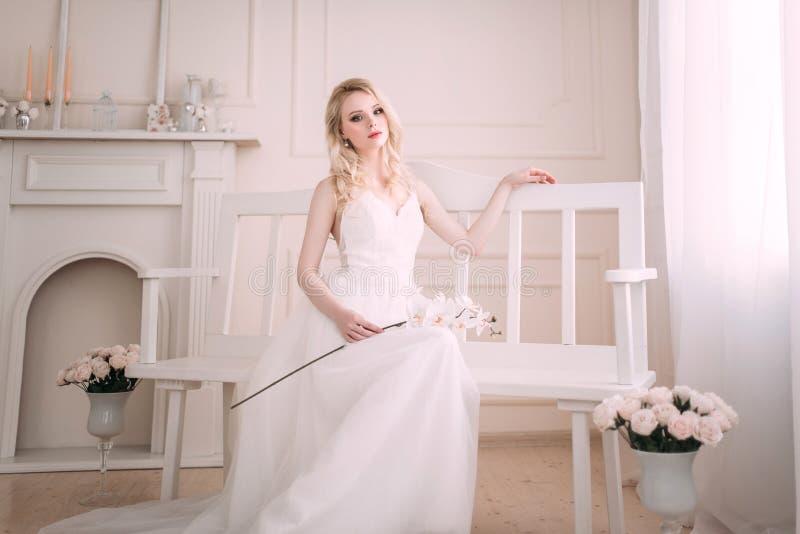 Портрет красивой белокурой девушки в изображении невесты Сторона красотки Фото сняло в студии на светлой предпосылке стоковая фотография rf