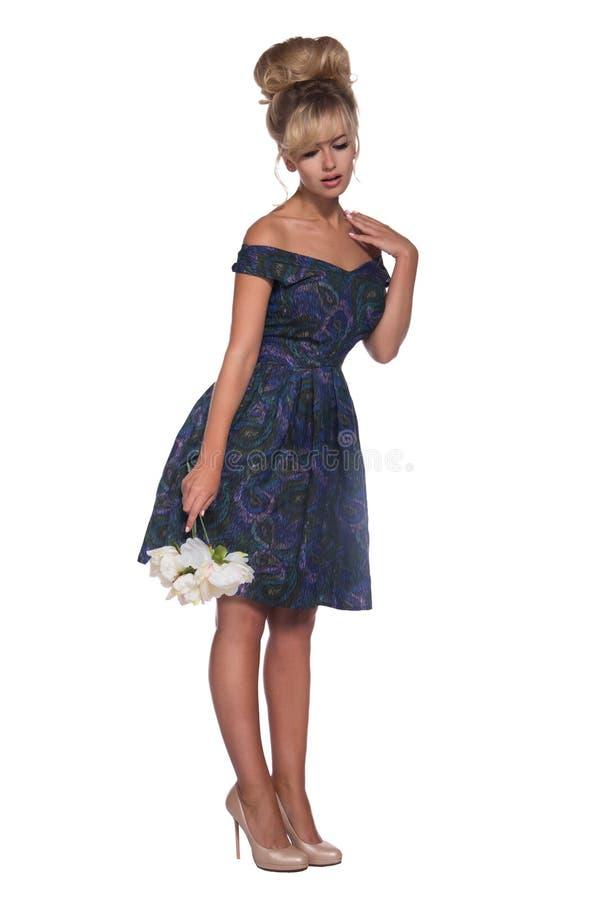 Портрет красивой белокурой женщины в ретро стиле платья 50 s стоковая фотография rf