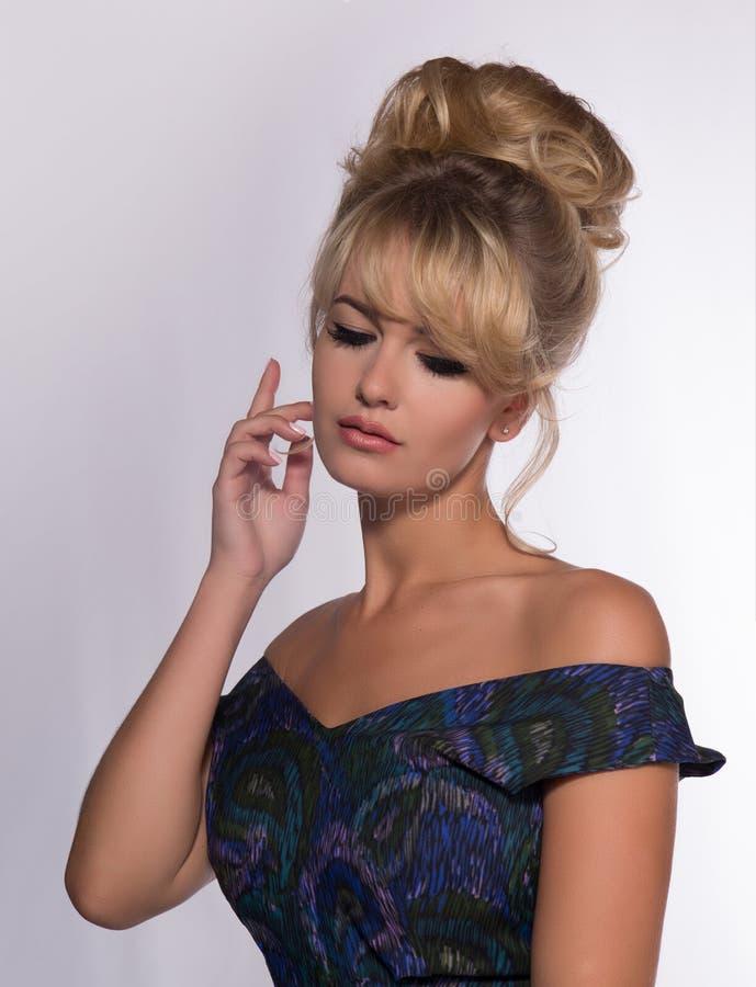 Портрет красивой белокурой женщины в ретро стиле платья 50 s стоковое изображение rf