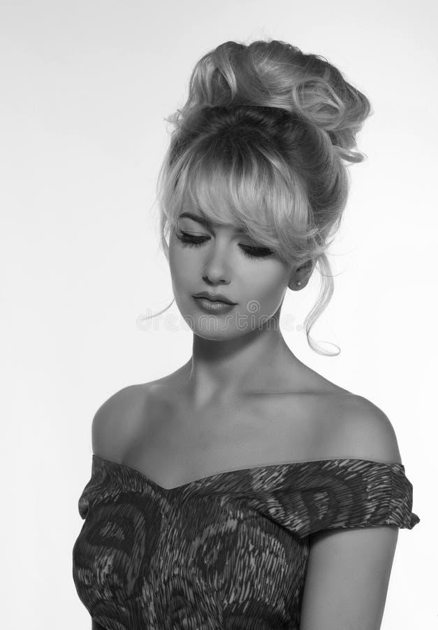Портрет красивой белокурой женщины в ретро стиле платья 50 s monochrome черно-белое фото стоковые изображения rf