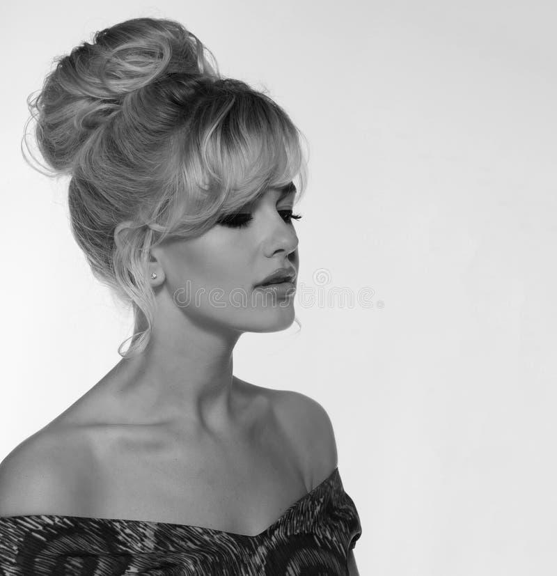 Портрет красивой белокурой женщины в ретро стиле платья 50 s monochrome черно-белое фото стоковое фото