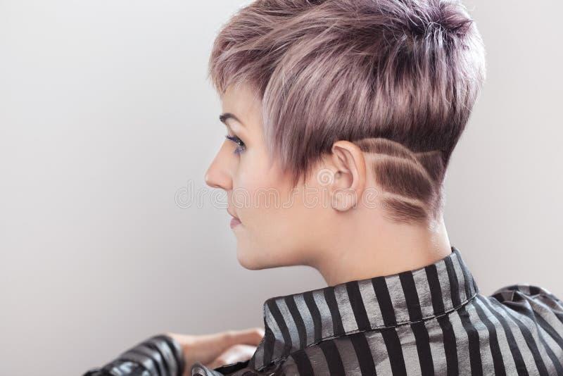Портрет красивой белокурой женщины с красивым макияжем и короткой стрижкой после красить волосы стоковые изображения rf