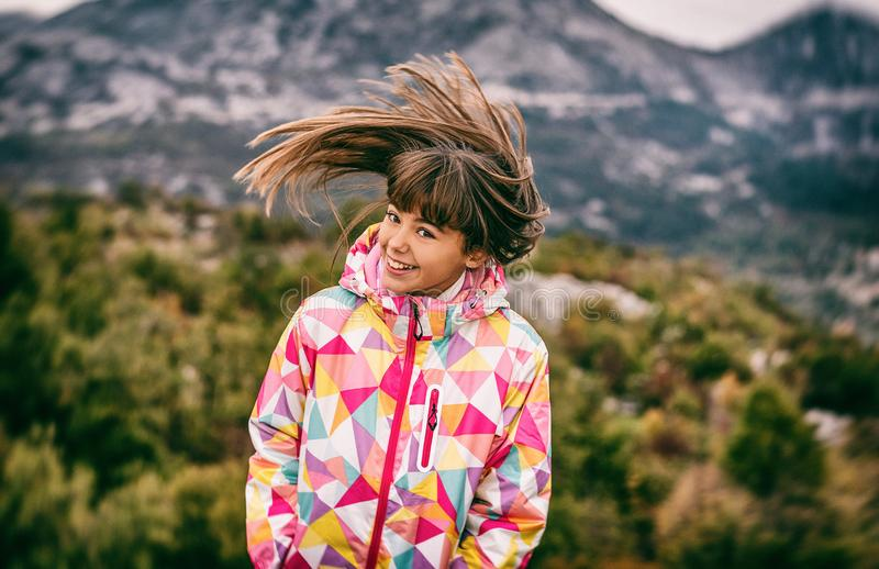 Портрет красивой беспечальной маленькой девочки играя с ее hai стоковое изображение rf