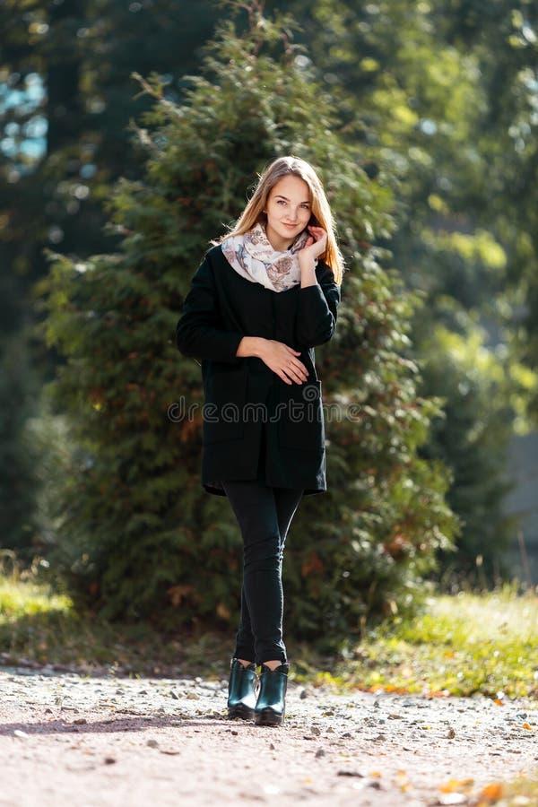 Портрет красивой белокурой девушки в черном пальто стоковые изображения rf