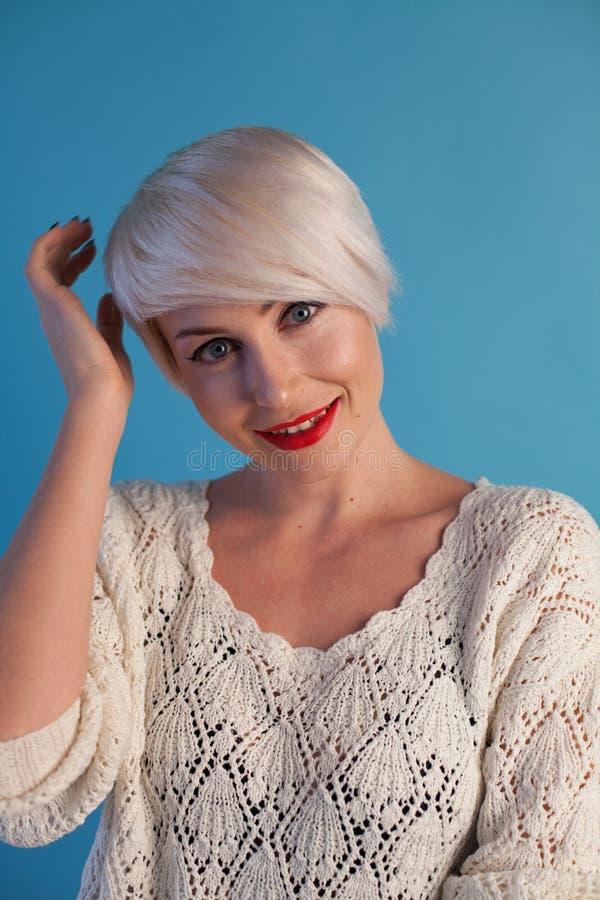 Портрет красивой блондинкы модной женщины с голубыми глазами стоковые фото