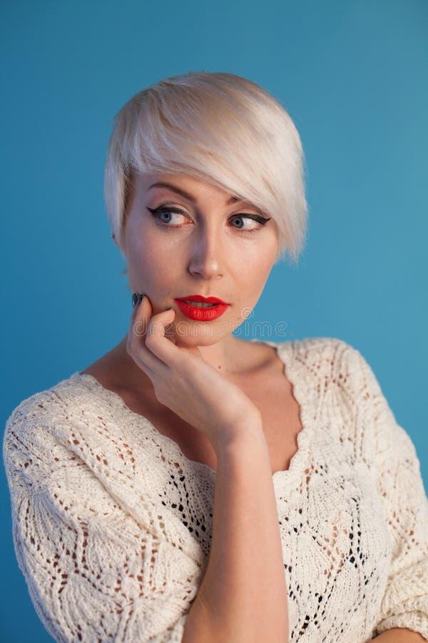 Портрет красивой блондинкы модной женщины с голубыми глазами стоковое изображение