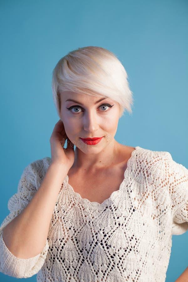 Портрет красивой блондинкы модной женщины с голубыми глазами стоковая фотография