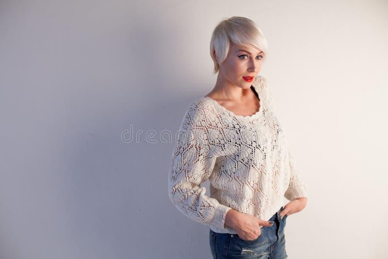Портрет красивой блондинкы модной женщины с голубыми глазами стоковые изображения rf