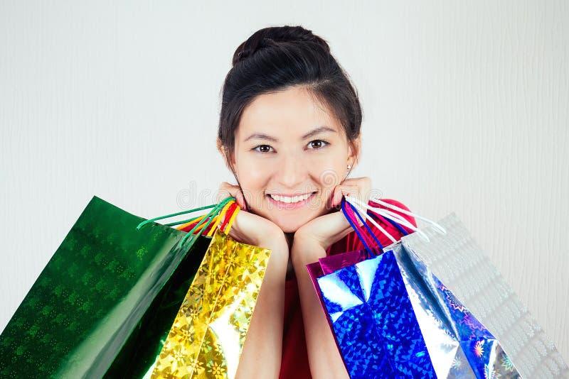 Портрет красивой брюнетки женского лавочного магазина с сумками для покупок концепция лопахолизма и продаж стоковые фотографии rf