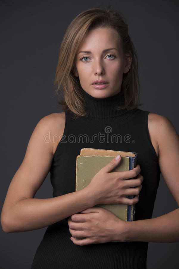 Портрет красивой блондинкы с книгой стоковое фото