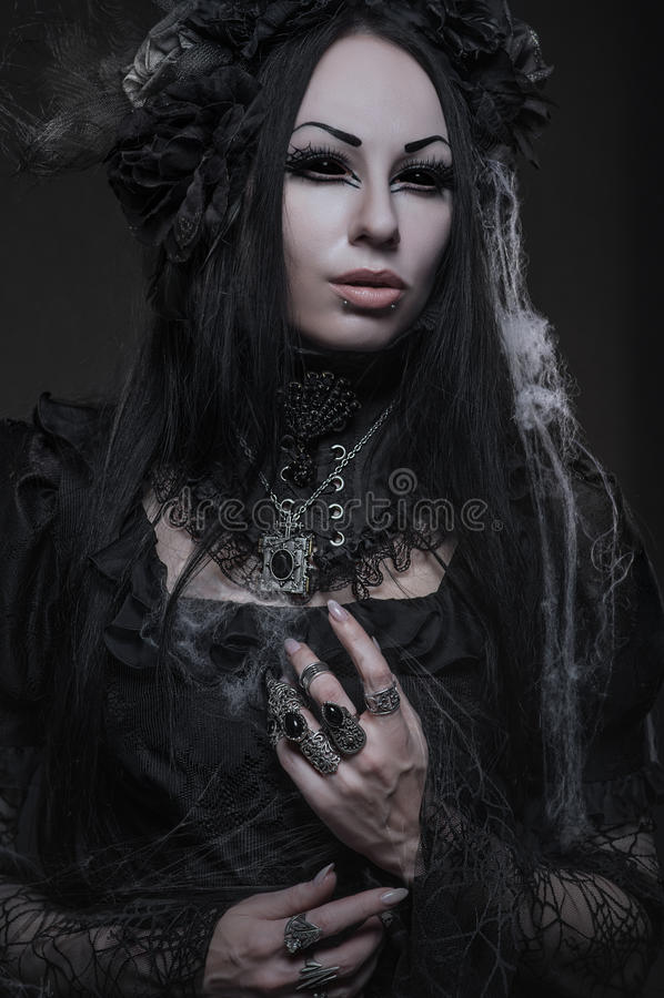 Портрет красивой готической женщины в темном платье стоковое изображение