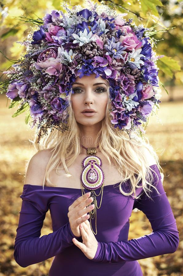 Портрет красивой дамы нося великолепный chaplet стоковая фотография
