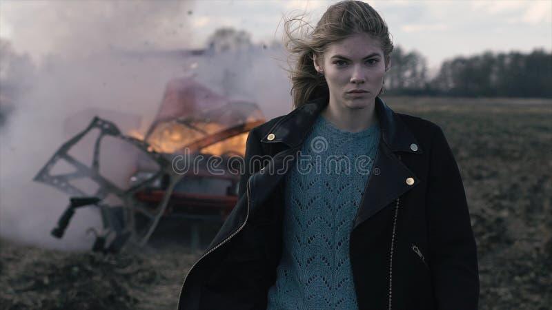 Портрет красивой девушки, взрыв автомобиля стоковое фото rf