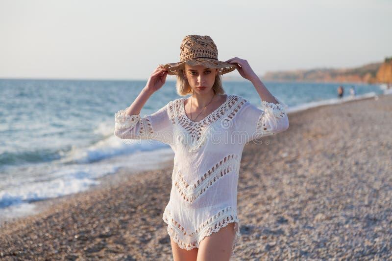 Портрет красивой девушки в женское бельё на океане пляжа стоковое изображение