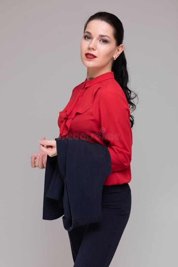 Портрет красивой девушки в ярких одеждах дела изолированных на светлой предпосылке стоковое фото rf