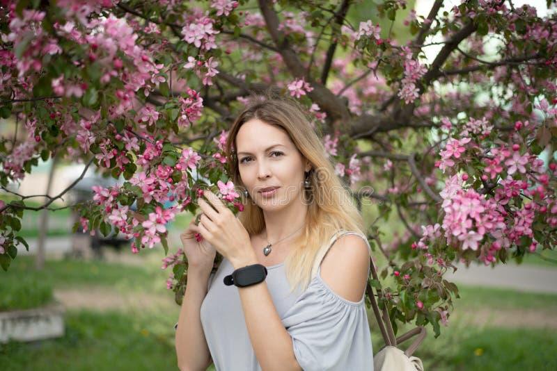 Портрет красивой девушки среди листвы и цветков весны стоковые изображения