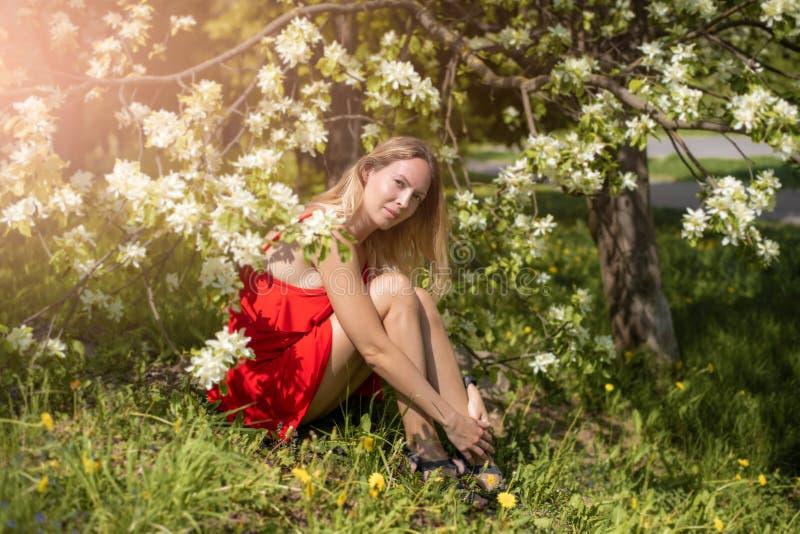 Портрет красивой девушки среди листвы и цветков весны стоковая фотография rf