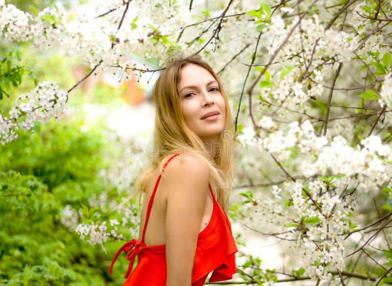Портрет красивой девушки среди листвы и цветков весны стоковое фото rf