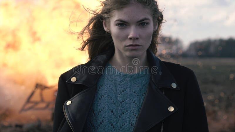 Портрет красивой девушки с piercing взглядом и взрывом автомобиля стоковые изображения