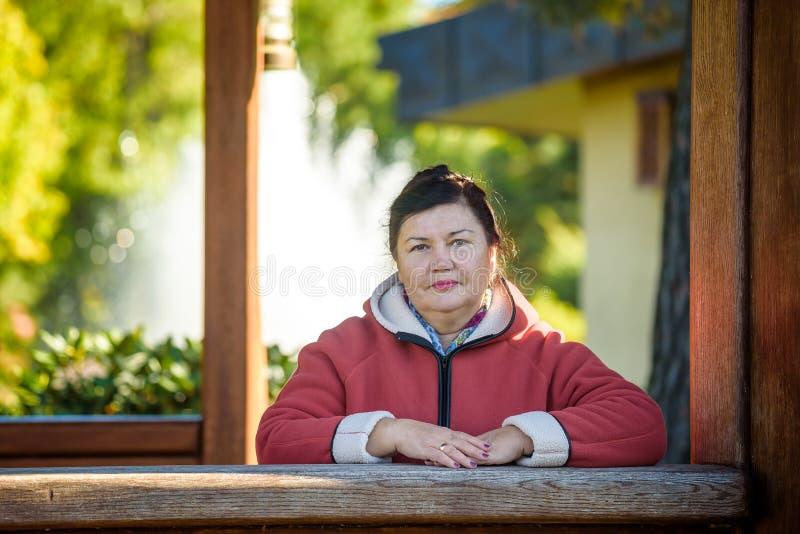 Портрет красивой достигшей возраста женщины в парке стоковое изображение rf