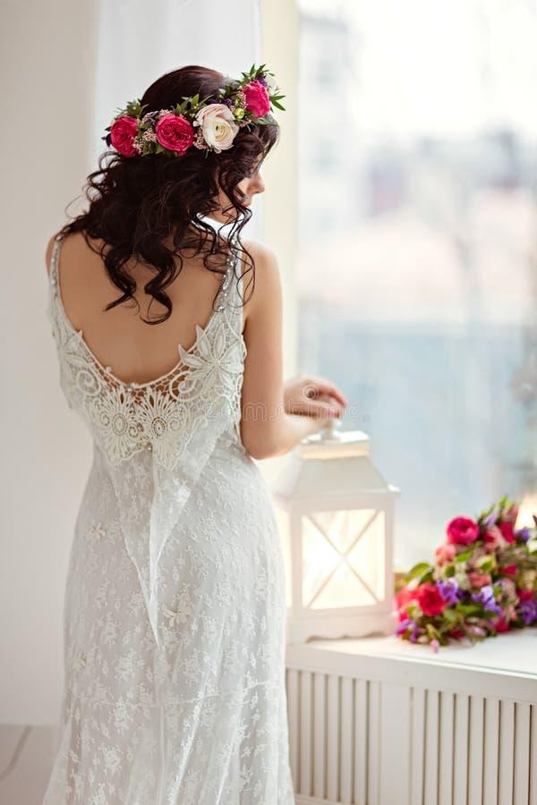 Портрет красивой девушки брюнет в белом острословии платья fishnet стоковые фото