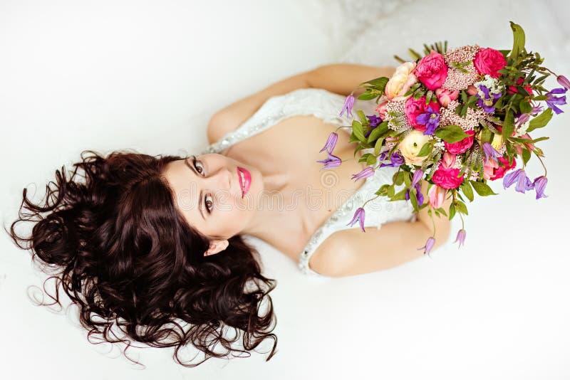 Портрет красивой девушки брюнет в белом острословии платья fishnet стоковые изображения
